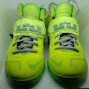 Nike Lebron James Zoom Soldier Size 4 Boys